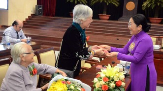 Phó Bí thư Thành ủy Võ Thị Dung lì xì đầu năm mới các đại biểu tham dự họp mặt