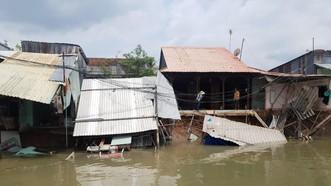 Khu vực sạt lở làm nhiều nhà dần thiệt hại nghiêm trọng