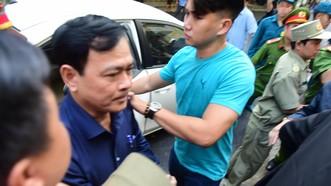 Ông Nguyễn Hữu Linh tới tòa lúc khoảng 7 giờ 20 sáng nay (ngày 23-8), cùng với luật sư bào chữa cho mình là Luật sư Trần Bá Học