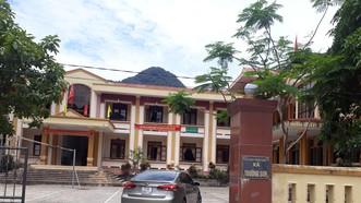 Gỗ lậu tịch thu tại trụ sở xã Trường Sơn.