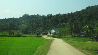 Đường về nhà Chủ tịch xã Xuân Hóa Đinh Thanh Thơ bằng vốn trái phiếu chính phủ và mục tiêu gia xây dựng nông thôn mới. Ảnh: MINH PHONG