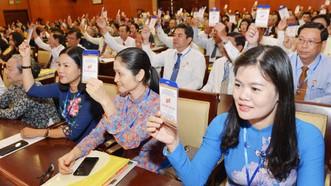 Các đại biểu biểu quyết thông qua chương trình Đại hội MTTQ Việt Nam TPHCM. Ảnh: VIỆT DŨNG