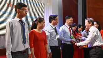 Ông Nguyễn Huy Cận, Chủ tịch Hội khuyến học TP trao quyết định cho ông Phan Văn Thanh Cần, Phó Hiệu trưởng Trường Cao đẳng Kinh tế - Kỹ thuật TPHCM