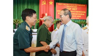 Bí thư Thành ủy Nguyễn Thiện Nhân thăm hỏi các tướng lĩnh. Ảnh: VIỆT DŨNG