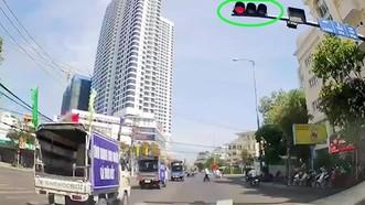 Đoàn xe tuyên truyền an toàn giao thông vượt đèn đỏ