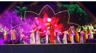 Một tiết mục văn nghệ đặc sắc được biểu diễn tại đêm khai mạc Lễ hội Làng Sen 2019. Ảnh: TTXVN