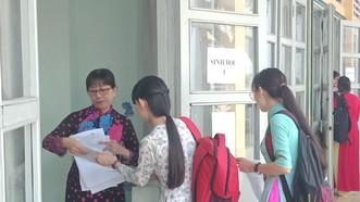 Ứng viên nghe đọc tên vào phòng thi thực hành môn Sinh