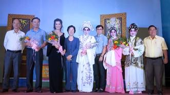 各單位代表向演出的藝人贈花祝賀。