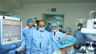 阮春福總理探望中央眼科醫院。