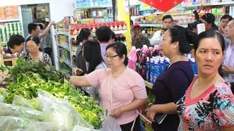 Người dân Cần Thơ tìm mua nông sản sạch tại cửa hàng cỉa Satrafood. Ảnh: PHAN THỊ