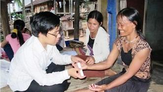 Bác sĩ của Bệnh viện Da liễu Trung ương thăm khám cho người dân ở Ba Tơ bị hội chứng viêm da dày sừng bàn tay bàn chân