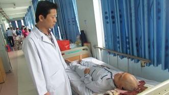 Bác sĩ đang kiểm tra tình hình sức khỏe ông T.C.H