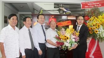 Bí thư Thành ủy TPHCM Nguyễn Thiện Nhân thăm và chúc mừng PGS.TS Huỳnh Văn Hoàng, nguyên Hiệu trưởng Trường Đại học Bách khoa TPHCM