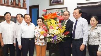 Bí thư Thành ủy TPHCM Nguyễn Thiện Nhân thăm và tặng hoa PGS.TS Trương Thị Hiền