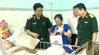 Ban giám đốc Bệnh viện Quân y 175 thăm hỏi, chúc mừng bệnh nhân Lê Văn Hai đã được hồi phục