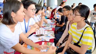 Thí sinh tìm hiểu thông tin xét tuyển tại Trường ĐH Tôn Đức Thắng