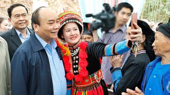 Dự ngày hội đại đoàn kết, Thủ tướng selfie cùng bà con người Dao  
