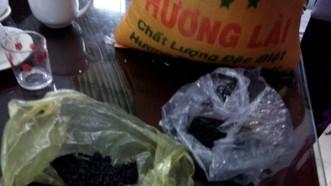 Gạo hỗ trợ cho dân vùng lũ bị nghi gạo giả