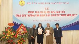 Trao giải cho hai công trình được trao giải Nhất của Hội Văn nghệ dân gian 2017