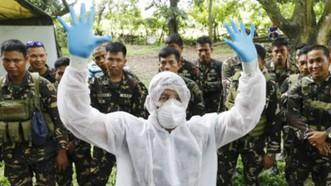 Hướng dẫn binh sĩ tham gia tiêu hủy gia cầm tại trung tâm chỉ huy phối hợp các cơ quan y tế, thú y và nông nghiệp ở San Luis, tỉnh Pampanga, Philippines. Ảnh: EPA
