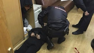 Cảnh sát bắt giữ nghi phạm đâm nhà báo Tatyana Felgenhauer tại Đài Phát thanh Ekho Moskvy ngày 23-10-2017. Ảnh: VITALY RUVINSKY