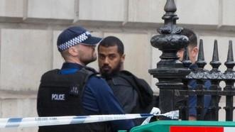Nghi phạm mang dao bị bắt gần văn phòng Thủ tướng Anh ngày 27-4-2017. Ảnh: The Telegraph