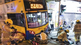 Nhân viên cứu hộ tại hiện trường xe buýt lao lên vỉa hè trên đường Cheung Sha Wan ở Hồng Công (Trung Quốc) ngày 22-9-2017 (Nguồn: SCMP)