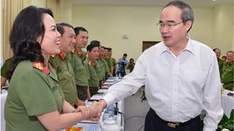 Bí thư Thành ủy TPHCM Nguyễn Thiện Nhân thăm hỏi cán bộ, chiến sĩ công an tại buổi làm việc