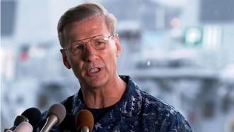 Phó Đô đốc Joseph Aucoin, Tư lệnh Hạm đội 7 Hải quân Mỹ, trong một cuộc họp báo về tại nạn tàu USS Fitzgerald tại căn cứ Hải quân Mỹ ở Yokosuka, Tây Nam Tokyo, Nhật Bản, ngày 18-6-2017. Ảnh: AP