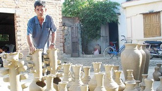 Làng Bàu Trúc hiện có trên 400 hộ gắn bó với nghề làm gốm