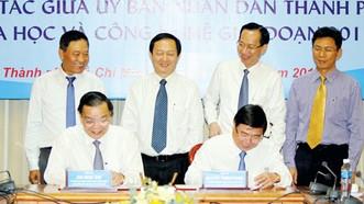 Chủ tịch UBND TPHCM Nguyễn Thành Phong cùng Bộ trưởng Bộ Khoa học và Công nghệ Chu Ngọc Anh ký kết chương trìnhhợp tác Ảnh: HOÀNG HÙNG
