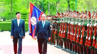 Thủ tướng Nguyễn Xuân Phúc và Thủ tướng Lào Thongloun Sisoulith  duyệt Ðội danh dự  