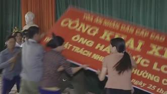 Nhiều người đã gây mất trật tự trong buổi xin lỗi ông Hàn D(ức Long. Ảnh cắt từ clip