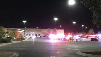 Bên ngoài siêu thị Walmart, nơi phát hiện chiếc xe container. Ảnh: KENS5.