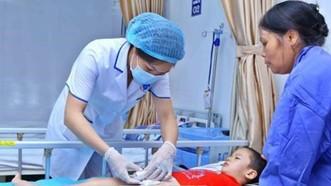 Trẻ ở Khoái Châu bị sùi mào gà được điều trị tại Bệnh viện Da liễu trung ương. Ảnh: TTXVN