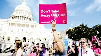 Người dân Mỹ biểu tình chống dự luật Trumpcare ở Washington. Ảnh: REUTERS