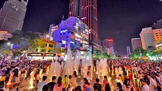 Người dân TPHCM vui chơi ở phố đi bộ Nguyễn Huệ                   Ảnh: VIỆT DŨNG