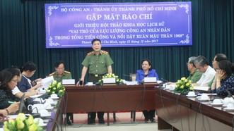 Trung tướng Nguyễn Xuân Mười giới thiệu các nội dung sẽ được trình bày tại Hội thảo chiều 12-12. Ảnh: VGP