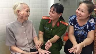 Nụ cười thân thiện của nữ trung úy Hoàng Yến (giữa) giúp lan tỏa chân tình của người chiến sĩ công an đến người dân