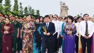 Các đồng chí lãnh đạo TPHCM dâng hương tại Nghĩa trang liệt sĩ thành phố. Ảnh: Việt Dũng