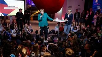 默克爾耐心聆聽兒童提出的各式各樣問題。(圖源:AP)