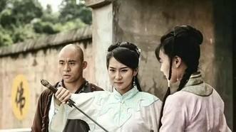 陳懿玲(中)正在演戲一瞥。(圖源:互聯網)