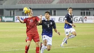 越南男足隊(紅衣)在2019 年亞洲盃預選賽擊敗柬埔寨隊。