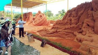 沙雕塑公園吸引遊客觀賞。(圖源:仁建)