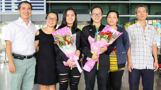 黎美賢和阮黎慶在機場與家人合照。