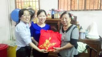 周金霖(右)獲市婦聯會贈送禮物。