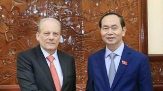 國家主席陳大光昨(23)日在主席府接見了值工作任期屆滿前來辭別的烏拉圭駐越南特命全權大使卡洛斯‧伊利加賴‧桑塔納。(圖源:VOV)