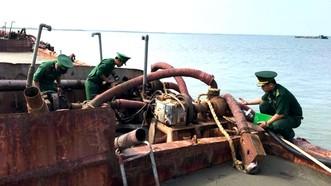 Bắt giữ 3 sà lan hút cát lậu trên biển Cần Giờ
