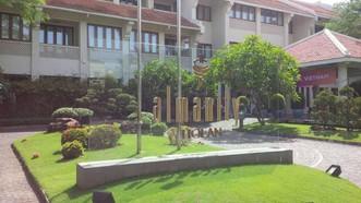 Bảng tên khách sạn Almanity đặt trong khuôn viên được Đội Kiểm tra Văn hoá Hội An xác định là vi phạm Luật Quảng cáo