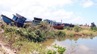 Nhiều tàu cá của ngư dân Hà Tĩnh bị hất văng lên bờ, hư hỏng nặng vì bão